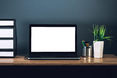 Портативный компьютер с пустым экраном на настольном компьютере офиса Стоковые Изображения