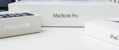 Портативный компьютер Яблока MacBook Pro unboxing Стоковые Фотографии RF
