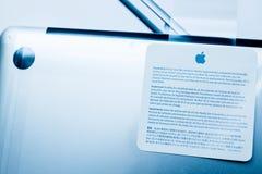 Портативный компьютер Яблока MacBook Pro unboxing Стоковое Изображение
