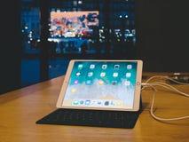 Портативный компьютер iPad Яблока Pro в магазине Яблока Стоковые Фото