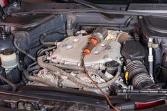 Портативный светлый лежать на открытом двигателе автомобиля Стоковые Изображения