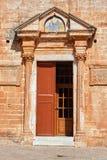 Портальная и деревянная дверь правоверного монастыря Стоковые Изображения