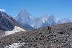 2 портера идут к лагерю Concordia, K2 треку, Пакистан Стоковое Фото