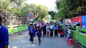 Портеры в Kyaiktiyo, Мьянме сток-видео