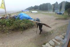 Портер с дверью на его назад в Syangboche, базаре Namche, треке базового лагеря Эвереста, Непале стоковое фото