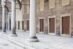 Портик с мраморными столбцами и дверями в ряд в дворе Стоковые Изображения RF