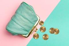 Портмоне для монеток Бумажник для изменения Кожаный бумажник на геометрических пинке и предпосылке бирюзы Цвет тенденции Стоковая Фотография