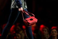 Портмоне красного цвета взлётно-посадочная дорожка модного парада Стоковое Изображение