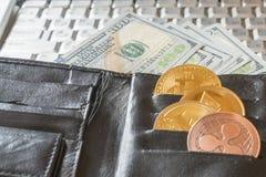 портмоне с долларами и секретной валютой Секретная валюта Монетки Bitcoin BTC, доллары вставляя из pur человека черного кожаного стоковое фото