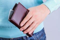 Портмоне с деньгами в руке Стоковое Изображение