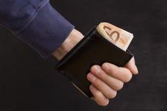 Портмоне с деньгами в руке Стоковые Фотографии RF