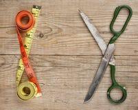 портновский метр и ножницы стоковое изображение
