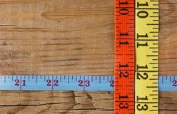 портновский метр на деревянной предпосылке стоковые фотографии rf
