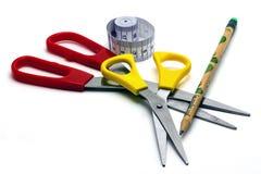 Портнои аксессуаров: 2 ножниц, портновский метр, карандаш Стоковая Фотография