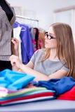 Портной молодой женщины работая в мастерской на новом платье Стоковые Фотографии RF