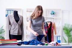 Портной молодой женщины работая в мастерской на новом платье Стоковое Изображение