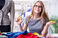 Портной молодой женщины работая в мастерской на новом платье Стоковое Изображение RF