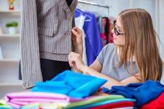 Портной молодой женщины работая в мастерской на новом платье Стоковые Фото