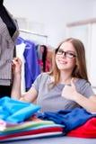 Портной молодой женщины работая в мастерской на новом платье Стоковые Изображения RF