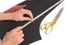 Портной режет кусок ткани Стоковые Фотографии RF