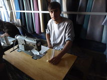 Портной шьет традиционные одежды, Афганистан Стоковое Фото
