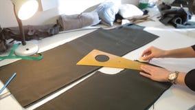 портной ` S портноя портноя зазубрины рук scissors ткань Материал женского портноя шить на рабочем месте Подготавливать ткань для Стоковая Фотография RF