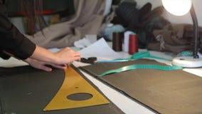 портной ` S портноя портноя зазубрины рук scissors ткань Материал женского портноя шить на рабочем месте Подготавливать ткань для Стоковое фото RF