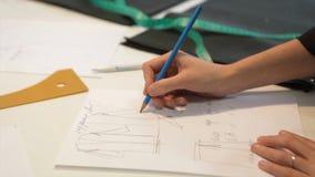 портной ` S портноя портноя зазубрины рук scissors ткань Материал женского портноя шить на рабочем месте Подготавливать ткань для Стоковая Фотография