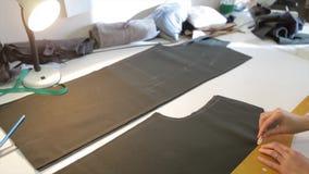 портной ` S портноя портноя зазубрины рук scissors ткань Материал женского портноя шить на рабочем месте Подготавливать ткань для Стоковые Изображения RF