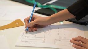 портной ` S портноя портноя зазубрины рук scissors ткань Материал женского портноя шить на рабочем месте Подготавливать ткань для Стоковое Фото