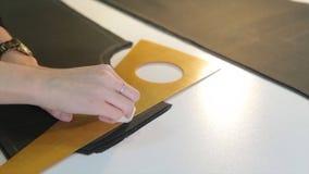 портной ` S портноя портноя зазубрины рук scissors ткань Материал женского портноя шить на рабочем месте Подготавливать ткань для Стоковое Изображение RF