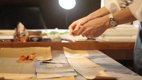 портной ` S портноя портноя зазубрины рук scissors ткань Материал женского портноя шить на рабочем месте Подготавливать ткань для Стоковые Изображения