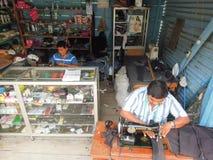 2 портноя на их мастерская на Sayaxche на Гватемале Стоковое фото RF