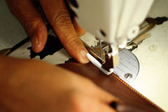 Портняжничайте работу на швейной машине на фабрике ткани Стоковые Изображения