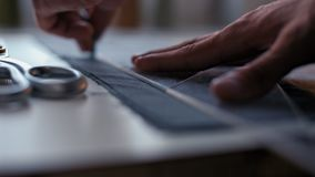 Портняжничайте руки делая картину на ткани перед зашейте модные одежды видеоматериал