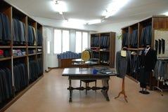 портняжничать магазина человека s платья стоковые изображения