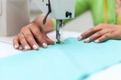 Портняжничающ процесс - руки ` s женщин за ее швейной машиной портняжничают стоковая фотография rf