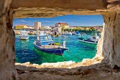 Портовый район бирюзы Razanac через каменное окно Стоковые Изображения RF