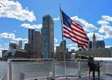 Портовый район Бостона и национальный флаг Америка Соединенных Штатов Стоковая Фотография RF