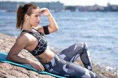 Портовый район девушки фитнеса расслабляющий городской Стоковые Фотографии RF