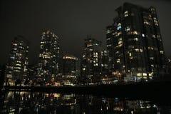 Портовый район зданий highrise города ночи современный Стоковая Фотография RF