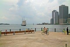 Портовый район на парке New York Бруклинского моста стоковые изображения rf