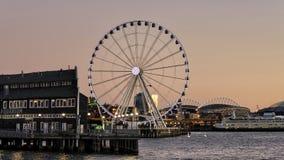 Портовый район Сиэтл и колесо Ferris Стоковое Изображение