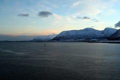 Портовый район Lofoten остров-Норвегии Острова Bbeautiful от точки зрения парома стоковое изображение