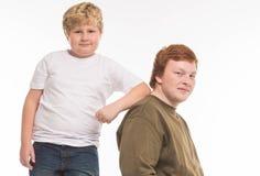 2 портрета студии братьев и друзей мальчиков на белый играть предпосылки Стоковое Изображение RF