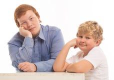 2 портрета студии братьев и друзей мальчиков на белый играть предпосылки Стоковая Фотография RF