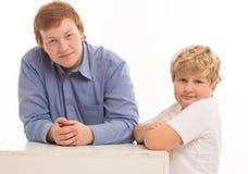 2 портрета студии братьев и друзей мальчиков на белый играть предпосылки Стоковые Изображения RF