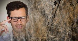 Портретная живопись разочарованного человека с стеклами и коричневый grunge переводят Стоковое Изображение