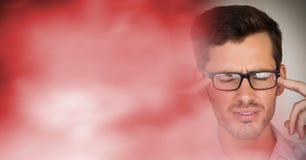 Портретная живопись разочарованного человека с стеклами и красным расплывчатым переходом Стоковая Фотография RF