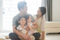 Портреты азиатской семьи крытые стоковая фотография